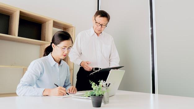 Stażysta otrzymuje informację zwrotną o osiągnięciach w koncepcji pracy.