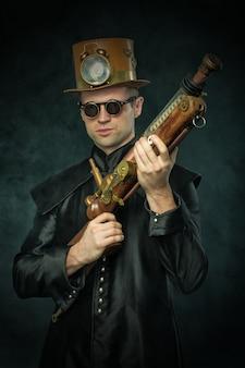 Steampunk mężczyzna w kapeluszu z pistoletem