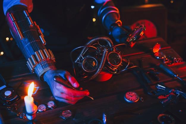 Steampunkowy cosplay. ręce mężczyzny inżyniera wynalazcy naprawiającego fantastyczne okulary po apokalipsie