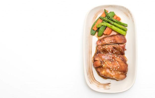 Stek chiciken teriyaki na białym tle