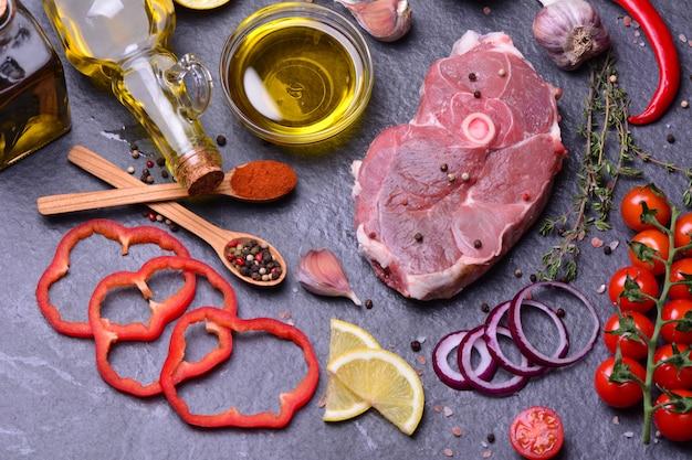 Stek jagnięcy z przyprawami i warzywami