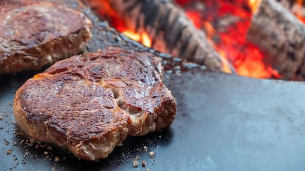 Stek mięsny smażony na otwartym ogniu