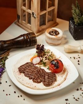 Stek mięsny ze smażonym pomidorem