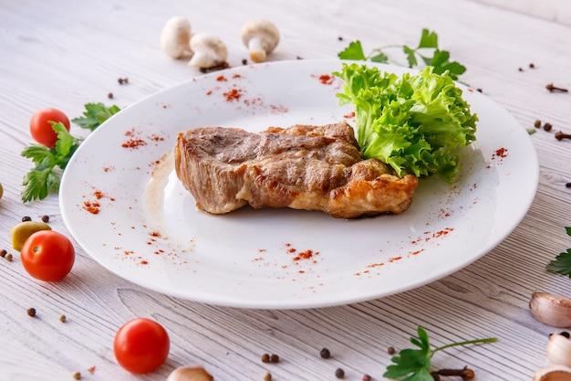 Stek na białym talerzu do menu restauracji