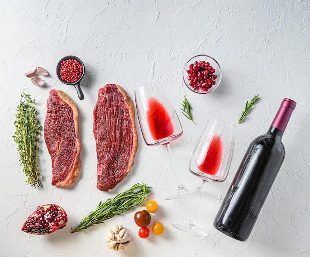 Stek picanha z butelką czerwonego wina i kieliszkiem