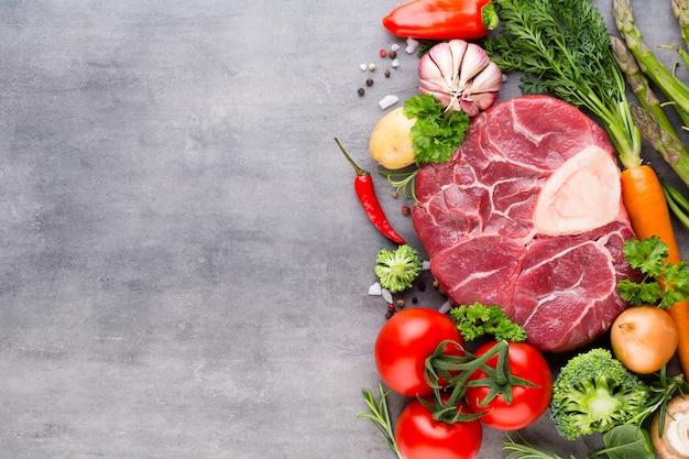 Stek ribeye z surowego świeżego mięsa wołowego z przyprawami i dodatkami