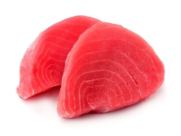 Stek rybny na białym tle.