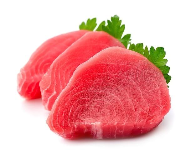 Stek rybny z liśćmi na białym tle