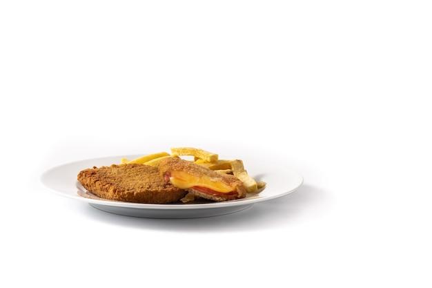 Stek san jacobo wypełniony serem i szynką na białym tle