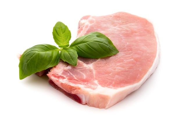 Stek świeżego surowego wołowiny na białym tle na białym tle, widok z góry.
