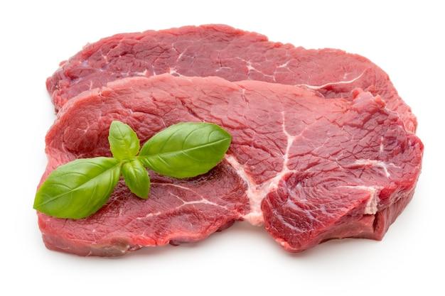 Stek świeżego surowego wołowiny na białym tle