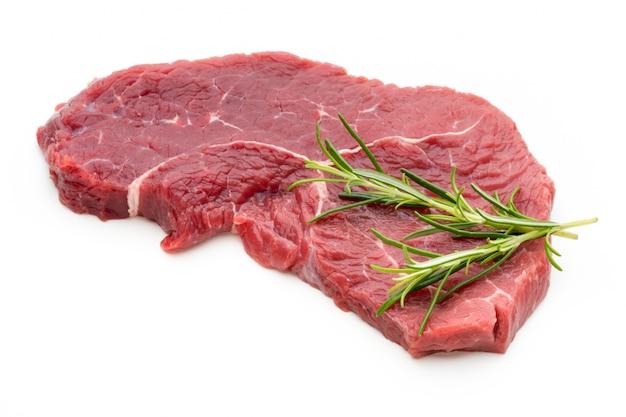 Stek świeżego surowego wołowiny na białym tle.