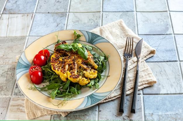 Stek wegetariański ze świeżego kalafiora zapiekany z przyprawami i warzywami