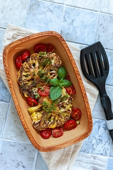Stek wegetariański ze świeżym kalafiorem zapiekany z przyprawami i warzywami