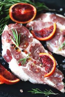 Stek wieprzowy marynowany w rozmarynie i czerwonej pomarańczy.
