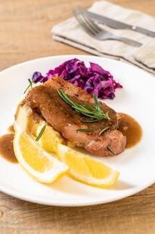 Stek wieprzowy z czerwoną kapustą i puree ziemniaczanym