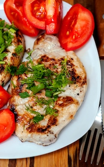 Stek wieprzowy z pomidorami i świeżymi ziołami.