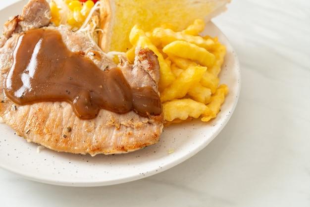 Stek wieprzowy z sosem sos z czarnej papryki i mini sałatką