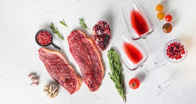 Stek wołowy picanha z kieliszkami czerwonego wina