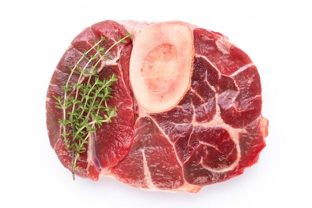 Stek wołowy świeżego surowego bio na białym tle.