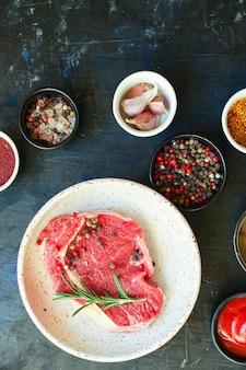 Stek wołowy świeży surowy kawałek mięsa gotowy do spożycia