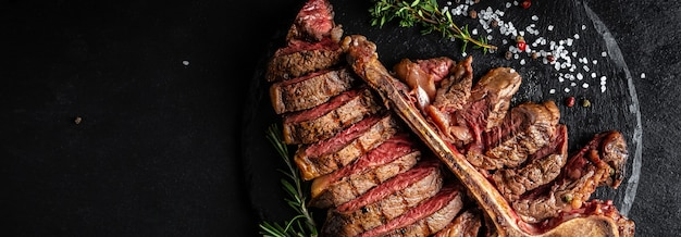 Stek wołowy t-bone. średnio rzadki grillowany stek wołowy z rostbefu z widelcem i nożem