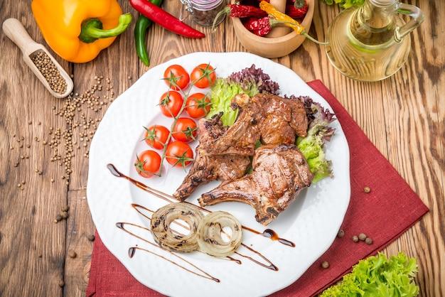 Stek wołowy z grilla na grillu na drewnianym stole
