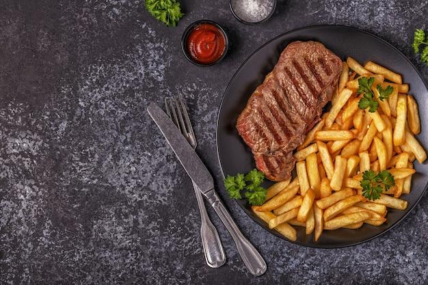 Stek wołowy z grilla z frytkami