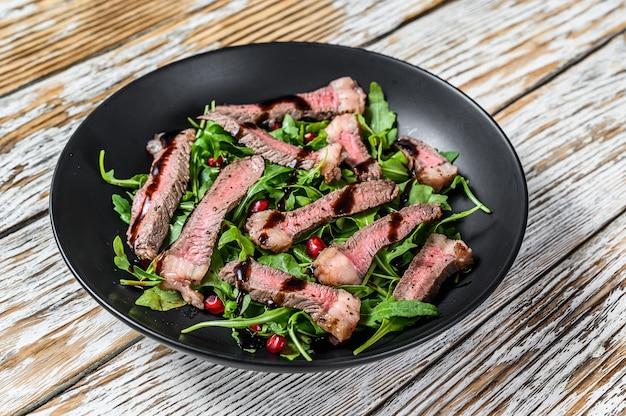 Stek wołowy z grilla z sałatką z liści rukoli.