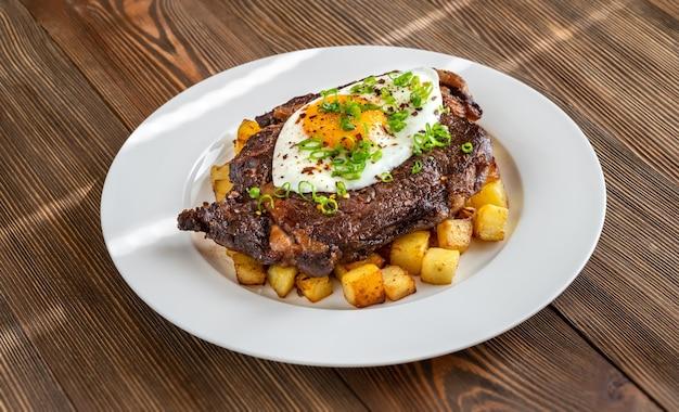 Stek wołowy z jajkiem sadzonym i ziemniakami