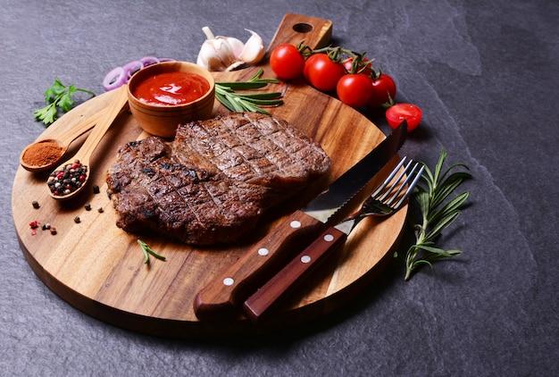 Stek wołowy z przyprawami i warzywami