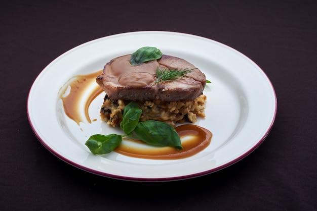 Stek wołowy z puree ziemniaczanym i sosem