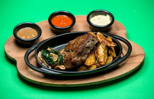 Stek z bocznymi grzybami i smażonym ziemniakiem