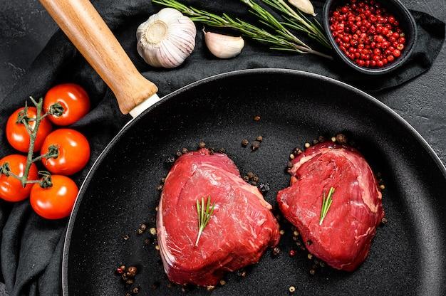 Stek z fileta mignon na patelni.