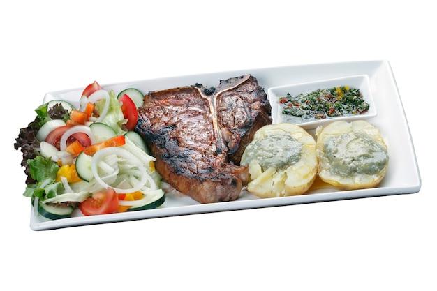 Stek z kości t z sałatką ziemniaczaną i warzywami