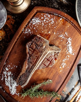 Stek z kości t zwieńczony solą