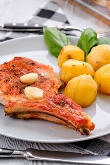 Stek z kością i ziemniakami zapiekany w piekarniku na brytfannie z czosnkiem i tymiankiem