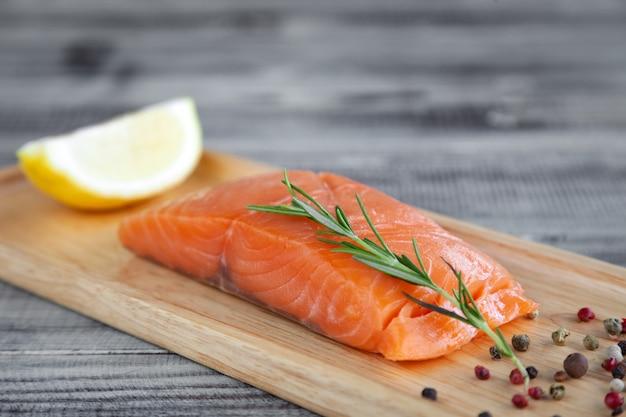 Stek z łososia czerwony świeży filet z surowej ryby z kawałkami posiekanymi na plastry