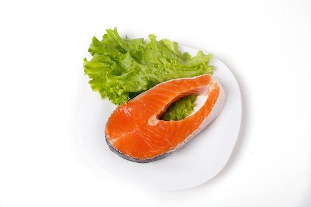 Stek z łososia jest izolowany na białym tle. pojęcie gotowania. sklep spożywczy.