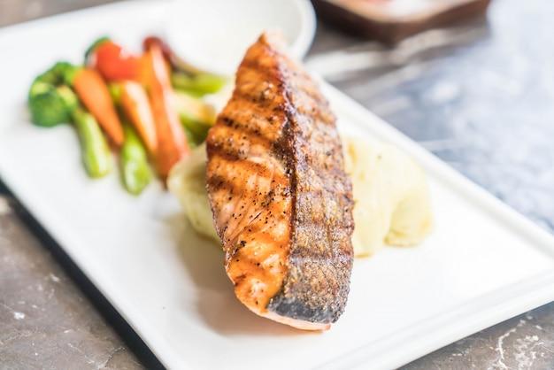 Stek z łososia z puree ziemniaczanym i warzywami
