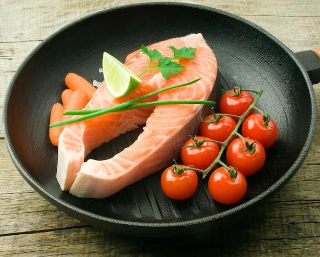 Stek z łososia z warzywami