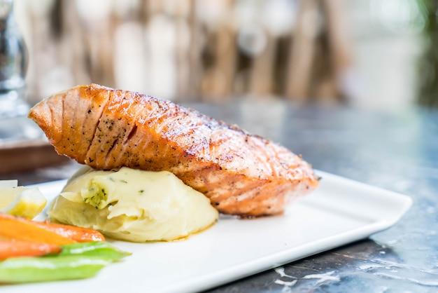 Stek z łososia z ziemniakami zacieru i warzywami