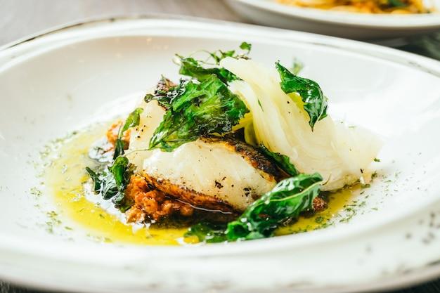 Stek z mięsa rybnego seabass lub barramundi