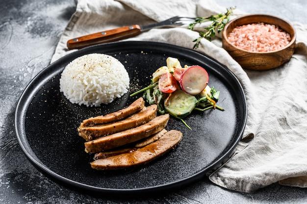 Stek z piersi indyka, drób, przystawka z ryżu i surówka. widok z góry