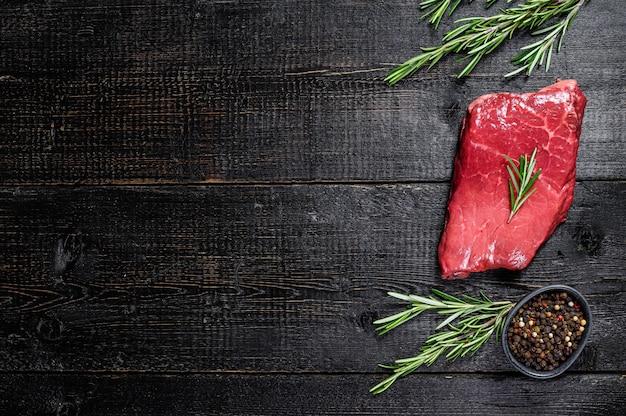 Stek z polędwicy wołowej. mięso wołowe. widok z góry.