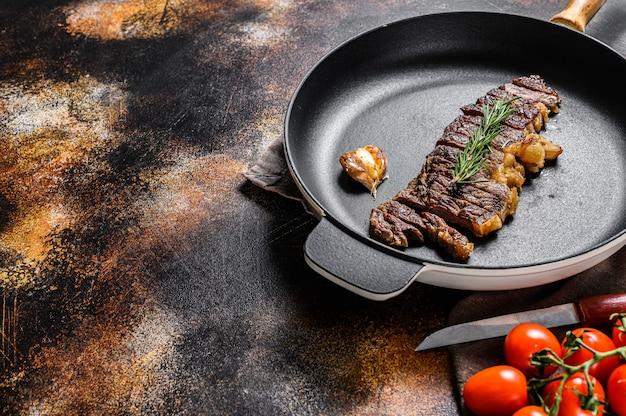 Stek z polędwicy wołowej na patelni. miejsce na tekst. marmurowa wołowina premium.