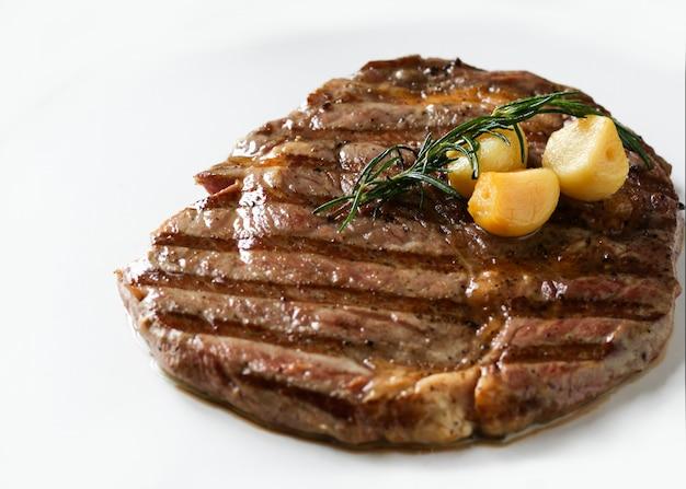 Stek z polędwicy wołowej ribeye, stek wołowy black angus, mięso z grilla