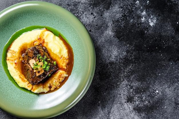 Stek z polędwicy wołowej z przystawką z tłuczonymi ziemniakami.