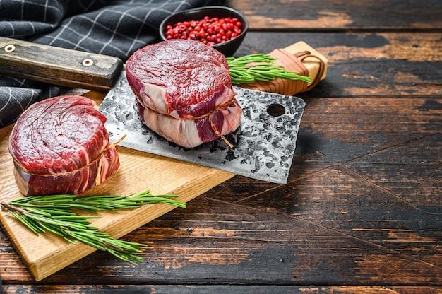 Stek z surowego mięsa wołowego filet z polędwicy na desce do krojenia
