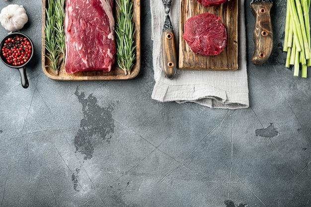 Stek z surowego mięsa wołowego zestaw z polędwicy mignon, na szarym kamieniu